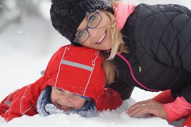 dítě s matkou ve sněhu