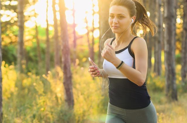 brunetka běží lesem